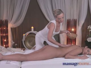 Masaje rooms sexy rubia gives negra haired beauty an intense orgasmo