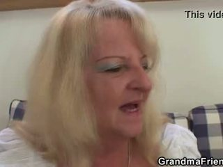 Blondinke babica takes two velika cocks pri enkrat