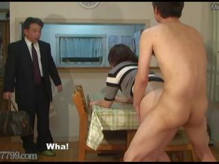 Japanisch betrogener ehemann shared ehefrau gefickt aus doggy stil.
