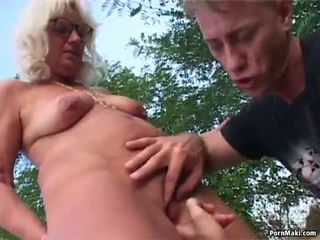 Senelė lauke seksas