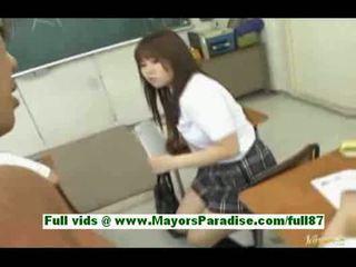 Muda asia pelajar putri di itu ruang kelas gets sebuah mengisap penis sebuah dada