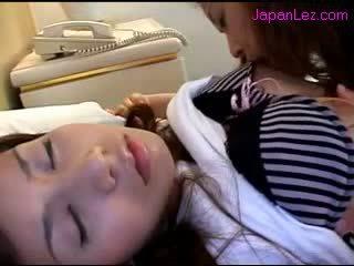 Aasialaiset tyttö getting hänen nännit sucked pillua rubbed kun taas 3 rd tyttö nukkuva päällä the sänky