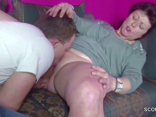 德語 年輕 男孩 抓 step-mom masturbate 和 得到 一