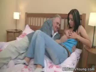 Zarina gets haar weinig boezem sperma soaked door beide haar
