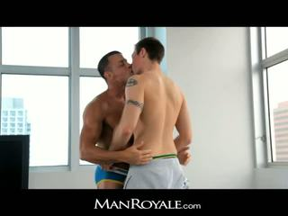 Manroyale guy massages a bodybuilder's vták