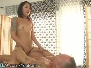 Devilsfilm ázsiai masseuse squirts mert ügyfél