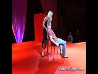 Erotisch blondine hoer neuken op podium