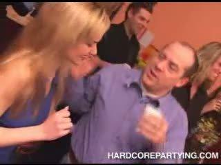 Drunken seks orgie met heet tiener kuikens dansen en flashing slipjes
