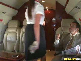 Two smut stewardesses ter bonked picante em um plane