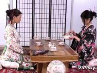 Kívánós geisha sluts spray minden más -val warm piss és használat