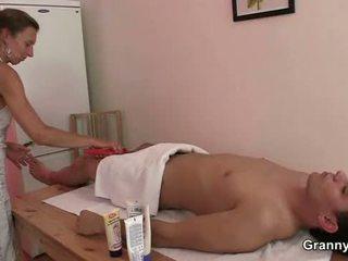 Mummi masseuse getting hänen karvainen hole pounded