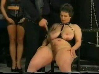 Meistars hits un spanks vergs par viņai pakaļa bumbulīši un vāvere