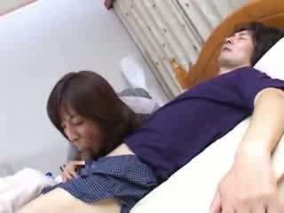 Japanilainen äiti sneaks osaksi husbands serkku sänky video-