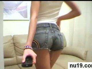 Seksuālā amatieri pusaudze shows mazs krūtis