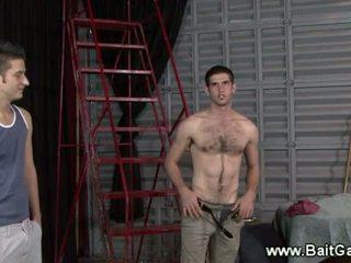 Heterosexual guy que muestra su caliente cuerpo