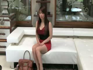 Tokyo babe met groot tieten neuken op sofa