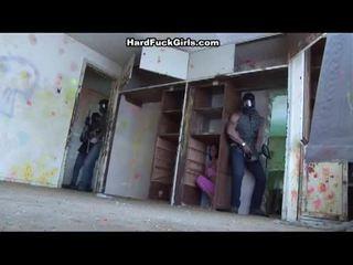 Wanita menangkap dan fucked dalam an abandoned rumah