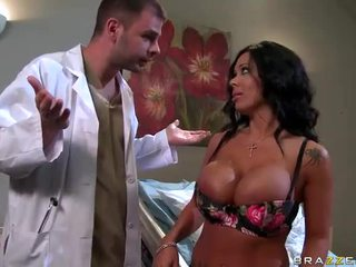 Sienna west gets suo sexy culo examined da dottore