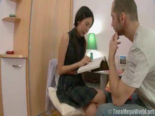Oriental miúda doing dela homework