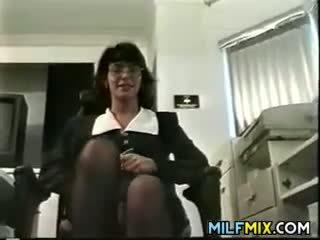 Rijpere vrouw masturberen in haar kantoor