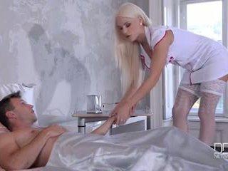 Ultra seksuālā istabene un medmāsa dot viņu pacients a double footjob un jāšanās