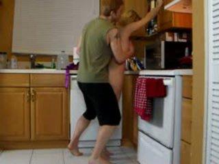 Māte lets dēls lifts viņai un slīpēt viņai karstās pakaļa līdz viņš cums