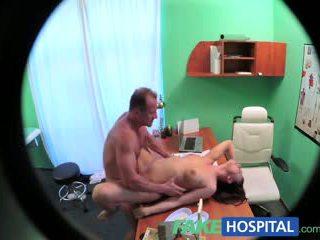 Fakehospital हॉर्नी टीन gets creampied द्वारा डॉक्टर