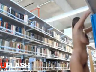 Bjonde lakuriq në publike bibliotekë amatore adoleshent në kamera kompjuterike