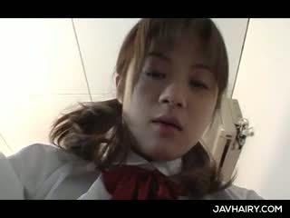 Slaidas aziāti skola meitene takes fingers dziļi uz matainas twat