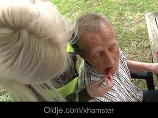 Багатий старий людина трахання його грудаста білявка краля