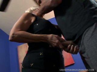 Veľký boobie stará mama vikki vaughn likes coarse veľký vták sex