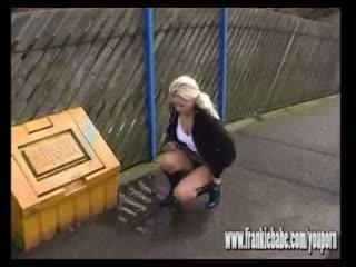 Csintalan szőke frankiebabe elcsípett tovább camera pisi outdoors -ban nyilvános