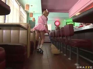 Lexi belle serveerster wearing roze uniform geneukt goed video-