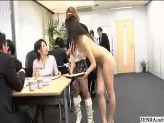 Female japānieši employees iet kails pie darbs