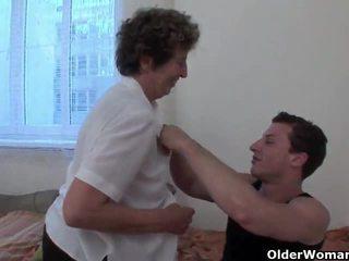 Lustful perempuan tua gets dia berbulu bajingan fingered dan kacau