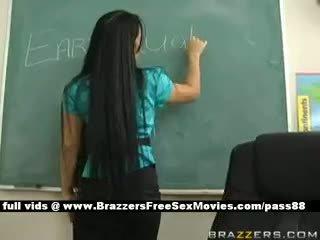 Bystiga brunett läraren vid skola going genom an earthquake