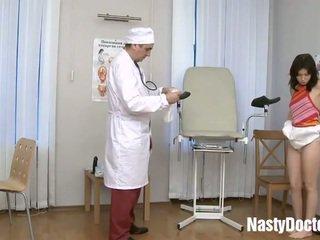 Tiener examined door oud gynecologist