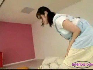 Warga asia gadis melancap manakala licking menyumbatkan jari tidur anda