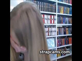 Goed zoek tiener met wonderful lichaam shows van op webcam in bibliotheek