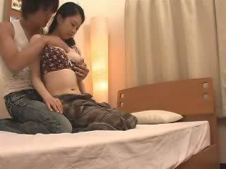 Ιαπωνικό μαμά likes αυτήν stepson ένα παρτίδα βίντεο