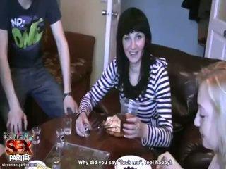 Секси момичета смуча prick и bump при на парти