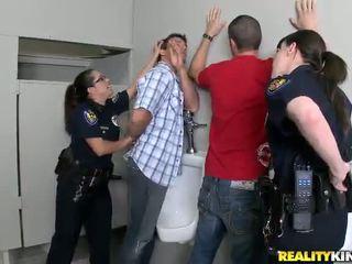 Pair honeys في شرطة منتظم ديك مارس الجنس في هم buttholes
