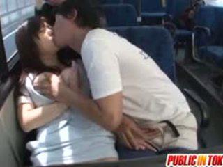 Yua kuramochi rondborstig is geneukt op de bus