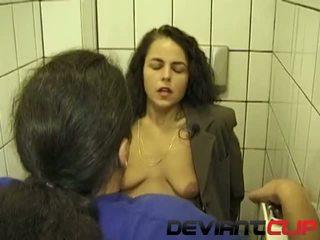 Julkinen suihku suihinotto ja pissaa kanssa amatööri vaimo