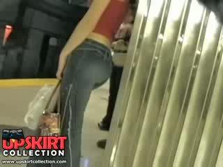 Saya kiri saya tersembunyi pekerjaan di itu underground dan tertangkap ini manis gadis di sempit jeans