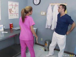 Gjoksmadhe infermiere qirje me të saj doktori