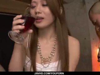 لطيفة الحمار, اليابانية, تقبيل