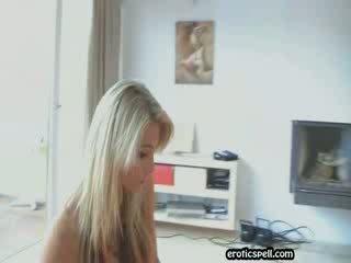 Adorable blondie fille avec parfait corps