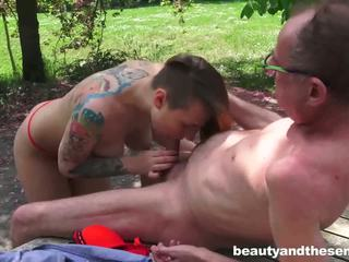 Tattooed jovem grávida a foder um senior
