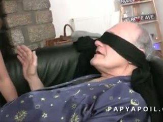Papy defonce une jeune arābietes offerte par dēls pote